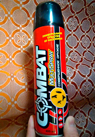 Aerosol significa Combat Multispray - adecuado no solo para la destrucción de cucarachas, sino también para la lucha contra insectos voladores.