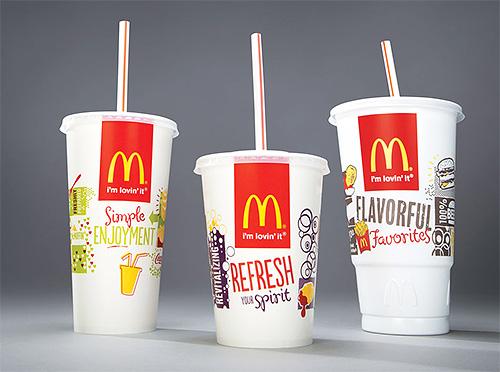 Para hacer una trampa de insectos con sus propias manos, necesita dos vasos de McDonald's de diferentes tamaños.