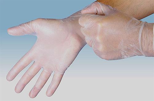 Cuando aplique insecticida contra piojos y liendres, use guantes para protegerse las manos.