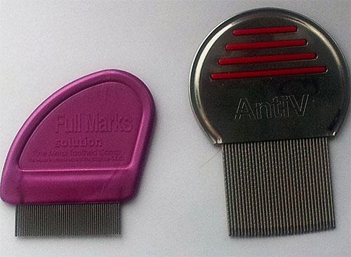 La foto muestra ejemplos de peines especiales para peinar piojos y liendres.