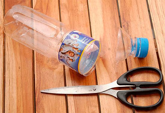 Se puede hacer una trampa efectiva de avispas con una botella de plástico normal.