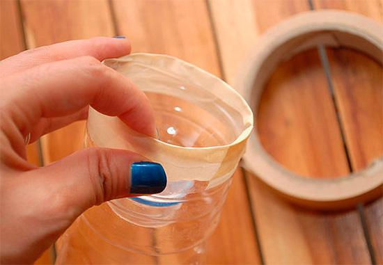 La parte superior de la botella se corta y se inserta firmemente en la parte inferior.