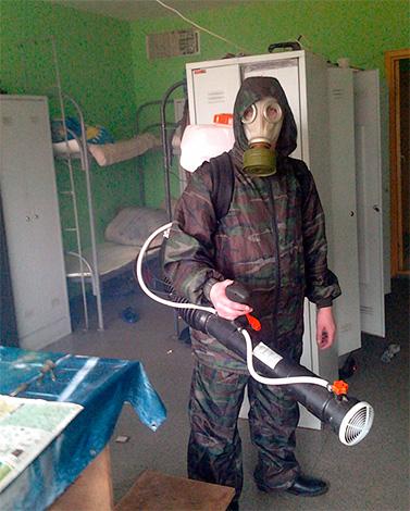 Llamar a un servicio de control de plagas es aproximadamente 10 veces más costoso que matar cucarachas con una bomba de humo.