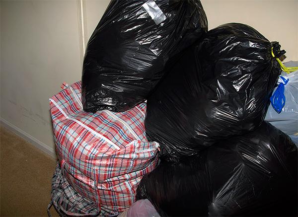 La foto muestra un ejemplo de ropa empacada en bolsas de plástico para que las telas no absorban los olores extraños.