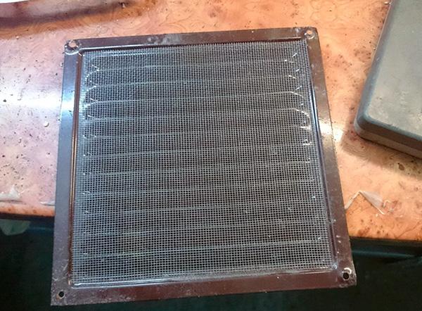 Para evitar que los insectos, cucarachas y otros insectos ingresen a la habitación, puede instalar una rejilla con una malla fina en la salida de aire.