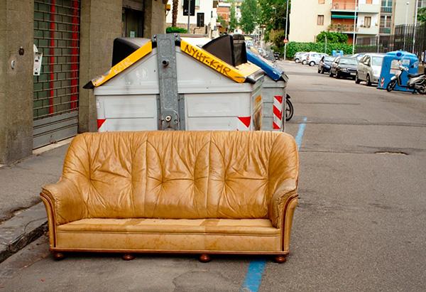 Debe tenerse en cuenta que los sofás y sillas a menudo se tiran precisamente por su infección con las chinches.