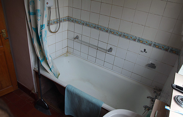 La alta humedad en el apartamento (por ejemplo, en el baño, el inodoro) es un factor favorable para la existencia de la madera aquí.