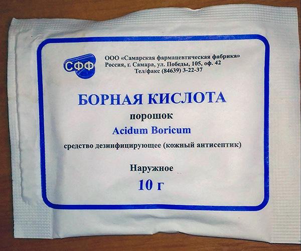 El polvo de ácido bórico es muy tóxico para las cucarachas y se puede comprar fácilmente en cualquier farmacia.